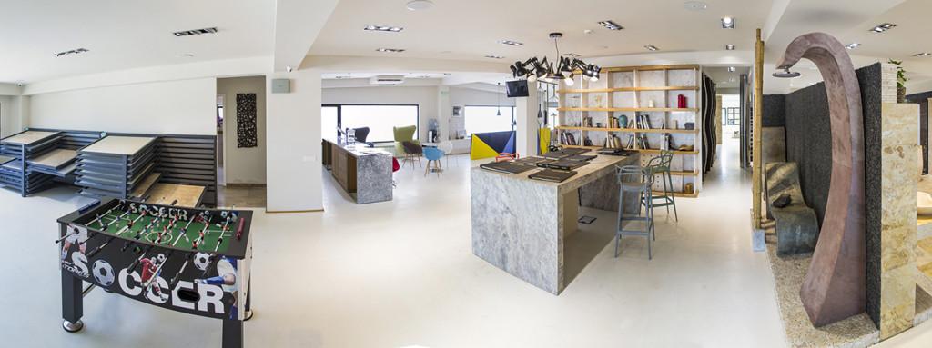De la stanga la dreapta panouri piatra naturala, concept cafenea, masa de intalniri, concept ardezie flexibila